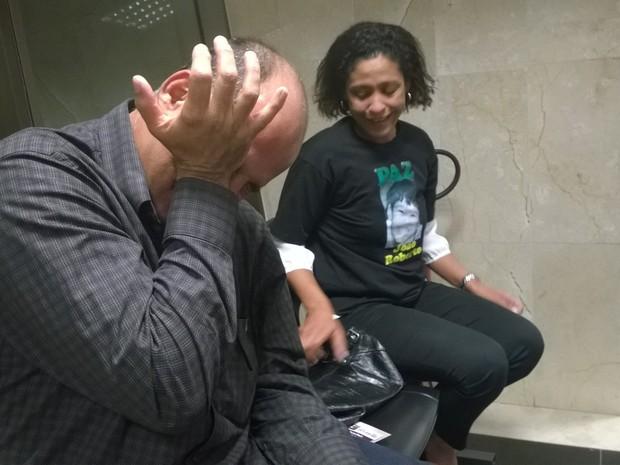 Pai e mãe chorando de alegria pela condenação do ex-PM (Foto: Lilian Quaino / G1)