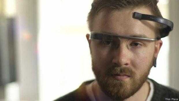 O aplicativo deve ser combinado a um aparelho de EEG para poder controlar o Google Glass. (Foto: Divulgação/BBC)