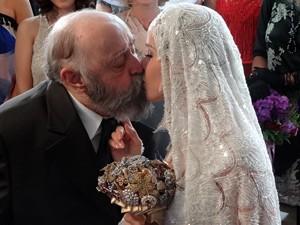 O casal sela a união com um beijo