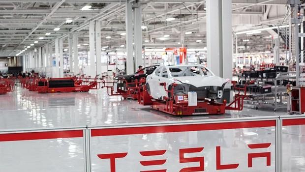 Linha de montagem da Tesla Motors (Foto: Divulgação)