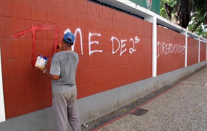 Muro pichado laranjeiras fluminense  (Foto: Richard Souza)