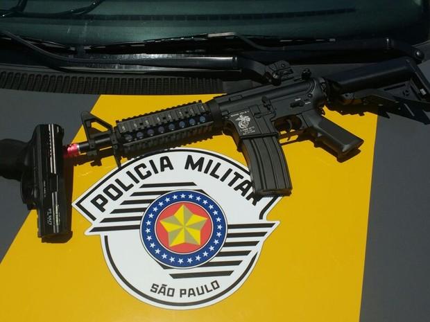Réplica de fuzil era transportado com passageiro (Foto: Polícia Militar/Portal G1)