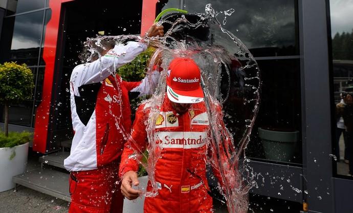 Fernando Alonso cumpre desafio do balde de gelo (Foto: Divulgação)