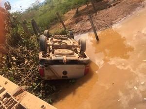 Caminhonete caiu de ponte em trecho da rodovia Transamazônica, no sudeste do Pará, e deixou dois mortos e duas pessoas feridas. (Foto: Divulgação/Polícia Rodoviária Estadual do Pará)