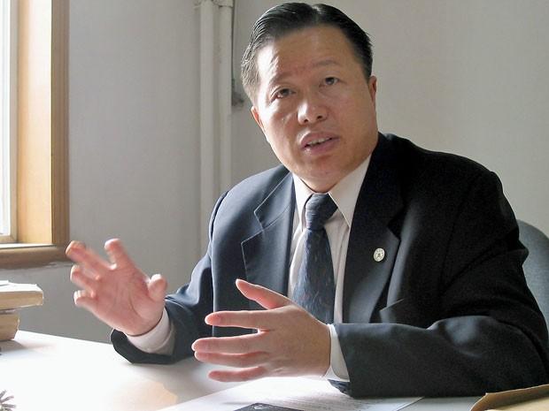 Foto de arquivo de novembro de 2005 de Gao Zhisheng durante entrevista em seu escritório em Pequim  (Foto: Verna Yu/ AFP)