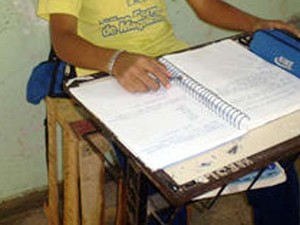 Compra foi feita um ano antes de alunos serem flagrados estudando em caixotes (Foto: Reprodução/ TVCA)