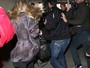 Amanda Seyfried se irrita com paparazzi e corre por aeroporto