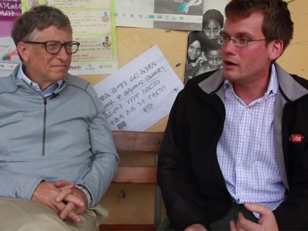 Bill Gates (à esq.) conversa com John Green sobre a situação na Etiópia (Foto: Reprodução/YouTube/thegatesnotes)