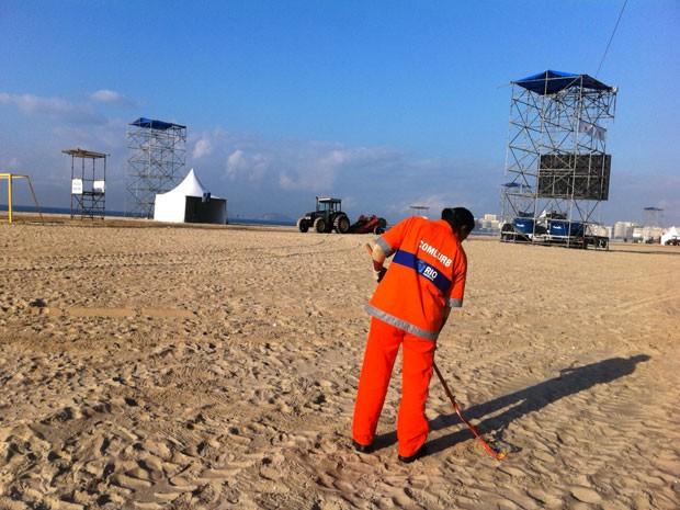Gari faz limpeza na praia de Copacabana na manhã desta segunda-feira (Foto: Darlan Alvarenga/G1)