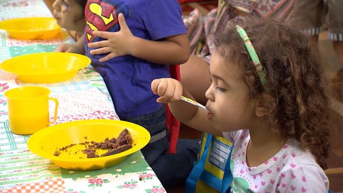 É importante encorajar a criança a comer sozinha, mas com supervisão (Foto: TV Bahia)
