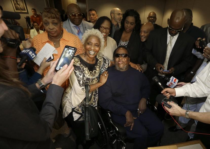 Michael Phillips posa para fotos após uma audiência no tribunal em Dallas, que teve seu nome limpo de crimes após ter sido condenado por um estupro que não cometeu