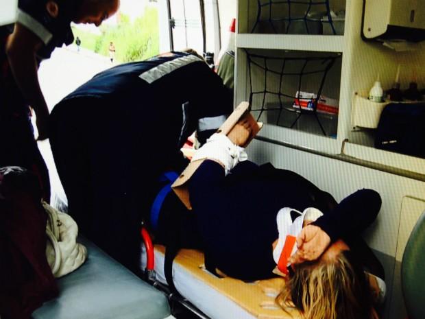 Mulher cai ao escorregar em santinhos, em Curitiba (Foto: Reprodução RPC TV)