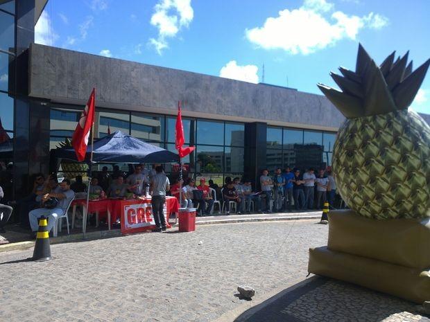 Servidores levaram abacaxi gigante para demonstrar insatisfação da situação (Foto: Ascom/Sindijus)