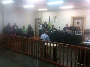 Julgamento começa no Fórum de São Pedro da Aldeia. (Foto: Heitor Moreira / G1)