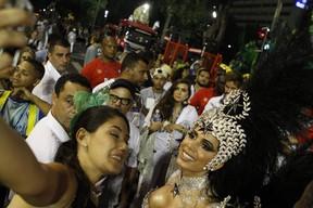Anitta com fãs (Foto: Anderson Barros / EGO)
