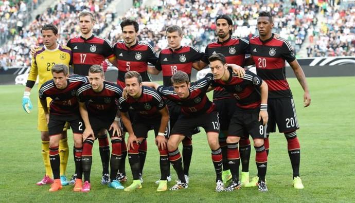 Alemanha posada camisa rubro-negra Flamengo (Foto: DFB.de)