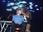 MC Ludmilla sensualiza com fã em show em São Paulo