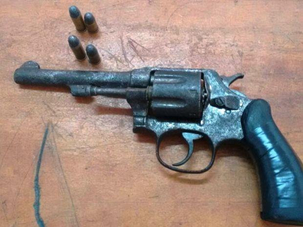 Arma foi apreendida por policiais militares (Foto: Divulgação/Polícia Militar)