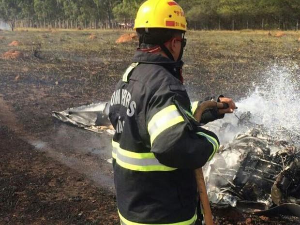 Bombeiros apagam incêndio após queda de avião, em Corumbaíba, Goiás (Foto: Divulgação/Corpo de Bombeiros)