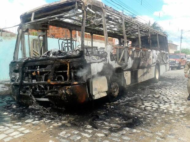 Ônibus incendiado pelos assaltantes ficou completamente destruído em Mossoró  (Foto: Francileno Gois)