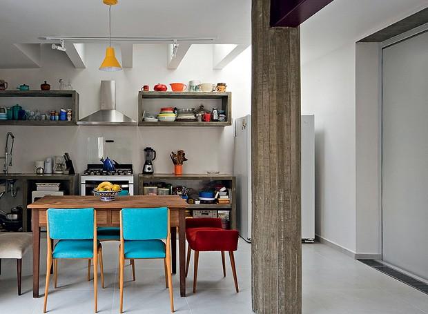 É difícil acreditar, mas onde hoje funciona a charmosa cozinha, antes era a garagem. Com a reforma do escritório Casa 14 Arquitetura, ela ganhou claraboia e armários de concreto aparente. Cadeiras coloridas trazem vida à decoração (Foto: Maíra Acayaba/Casa e Jardim)