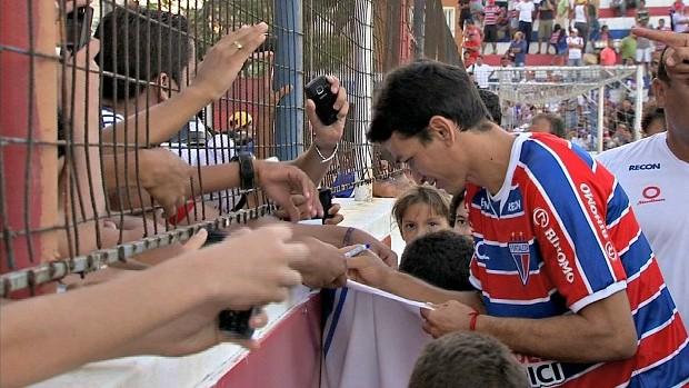 Angelim deu diversos autógrafos aos torcedores do Fortaleza (Foto: Reprodução / TV Verdes Mares)