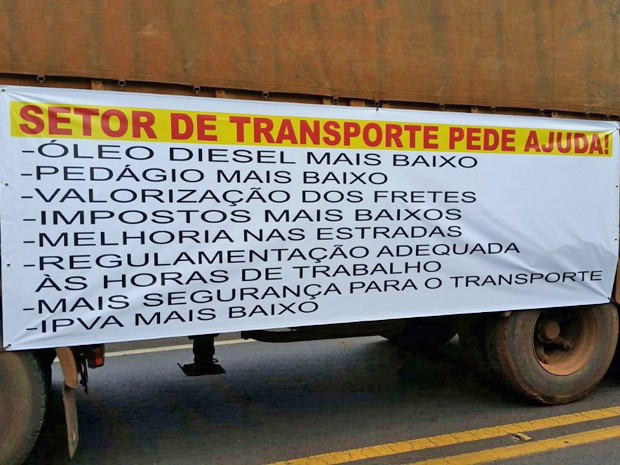 Faixas foram colocadas nos caminhões com reivindicações (Foto: Alan Batislani/Arquivo pessoal)