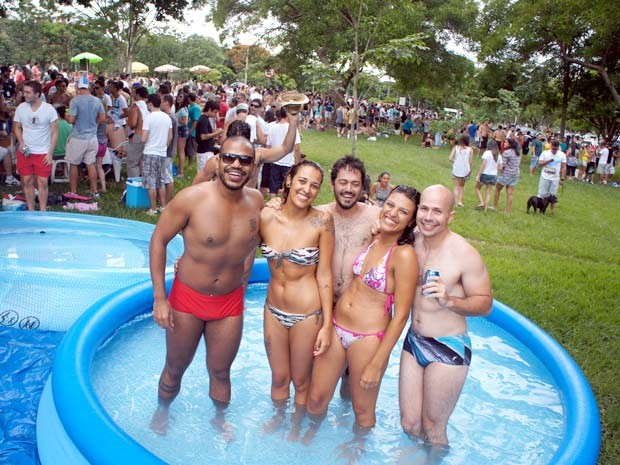 Responsáveis pela iniciativa acreditam que o uso das piscinas ajuda a aproximar os moradores do Plano Piloto (Foto: Ricardo Moreira / G1)