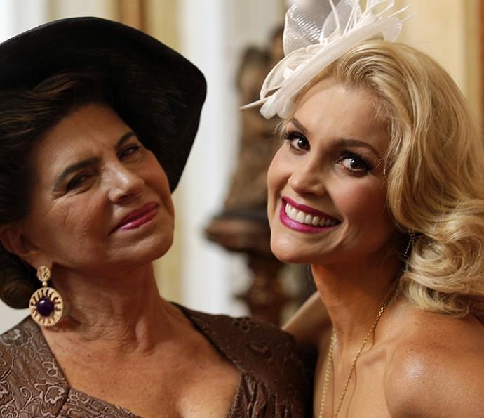 Flávia Alessandra posa com a mãe, Rachel Costa, nos bastidores de 'Êta Mundo Bom!' (Foto: Pedro Carrilho/Gshow)