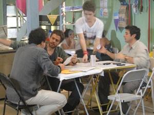 Fabiano e Bertoni distraem Moisés e Kiko rouba celular (Foto: Malhação / Tv Globo)