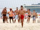 Sem camisa e mais magro, Ronaldo joga futevôlei em praia do Rio