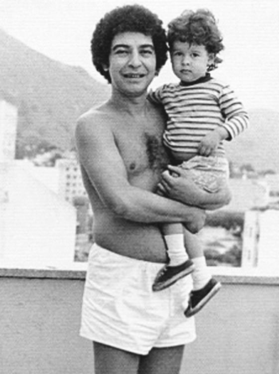 Diogo no colo do pai, o saudoso João Nogueira, em foto do arquivo da família (Foto: Arquivo pessoal)