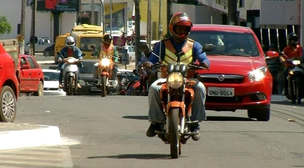 Uso da cinta jugular é obrigatória para motociclistas (Foto: Reprodução/TV Anhanguera)