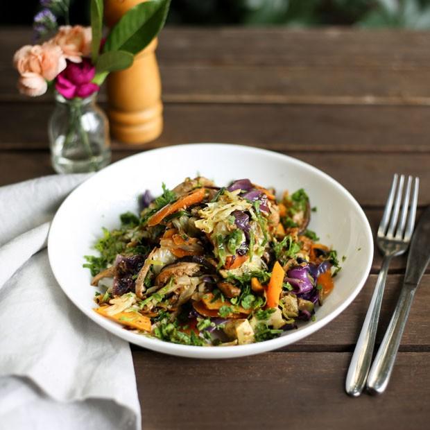 Receita: salada de repolho com shitake e cenoura (Foto: Simplesmente)