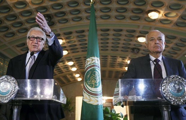 Lakhdar Brahimi (à esquerda), enviado especial da ONU à síria, se reuniu neste domingo com Nabil Elaraby, secretário-geral da Liga Árabe. (Foto: Mohamed Abd El Ghany/Reuters)