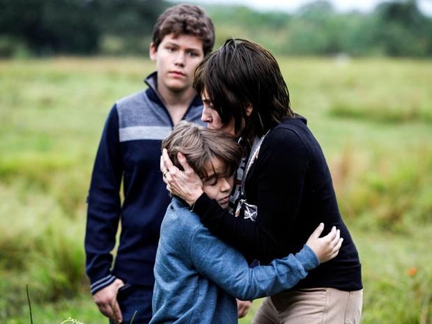 Em acidente no passado, Maria Inês abraça Caíque e Marcos acompanha (Foto: Raphael Dias/ TV Globo)
