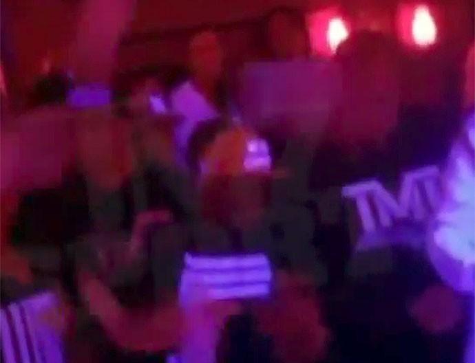 Floyd Mayweather fazendo chuva de dinheiro (Foto: Reprodução)