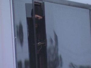 Polícia negociou com um dos criminosos por quase 3 horas  (Foto: Reprodução / TV TEM)