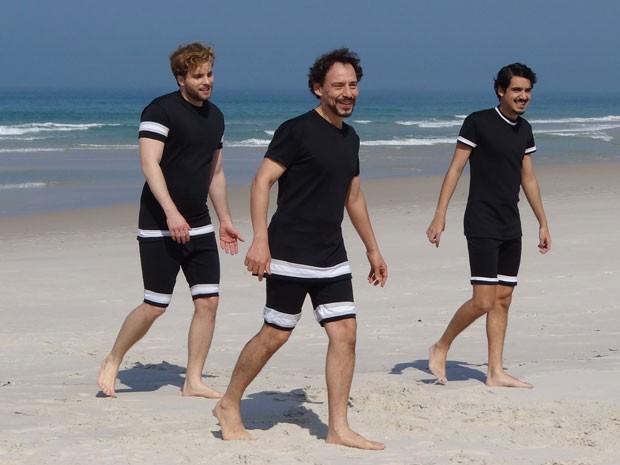 Amigos se divertem na praia de Copacabana (Foto: Lado a Lado/Tv Globo)