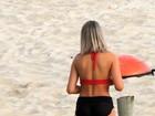 Carol Narizinho deixa parte do bumbum à mostra em treino na praia