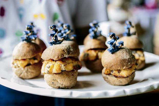 Mini-hambúrgueres de salmão. (Foto: Elisa Mendes/GNT)