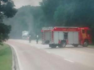 Caminhão com combustível pega fogo e interdita BR-116 no Paraná (Foto: Divulgação/Autopista Litoral Sul)