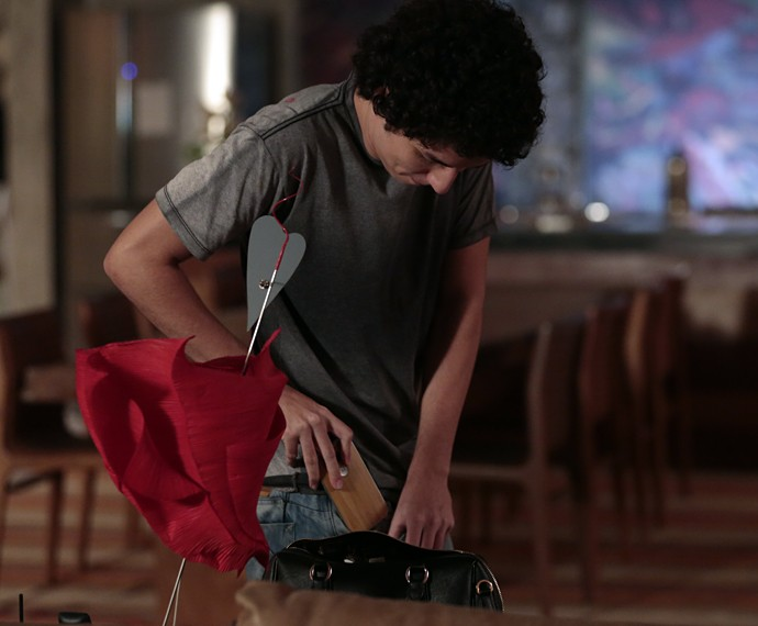 Bruno pega celular de Pia (Foto: Felipe Monteiro/Gshow)
