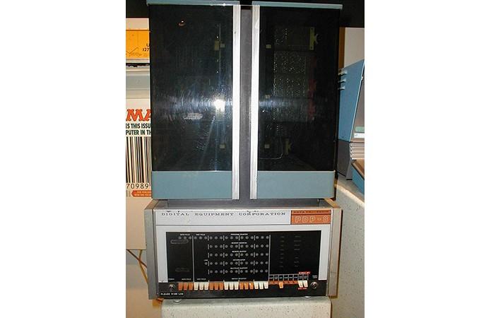 Do tamanho de um frigobar, o DEC PDP-8 foi a máquina com microprocessador mais vendida dos anos 1960 (Foto: Reprodução/Creative Commons)