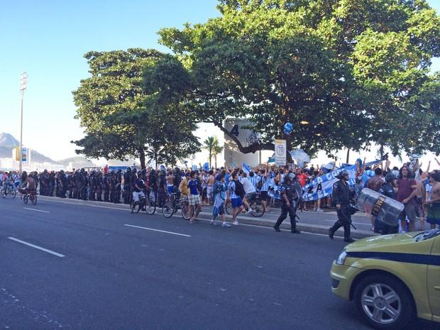 PMs tentavam impedir que argentinos invadissem a pista (Foto: Matheus Rodrigues / G1)