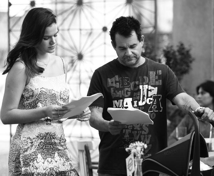 Bruna Marquezine estuda o capítulo antes de gravar (Foto: Raphael Dias/Gshow)
