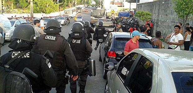 Por volta das 17h, Batalhão de Choque deixou Complexo Prisional do Curado, no Recife (Foto: Katherine Coutinho / G1)