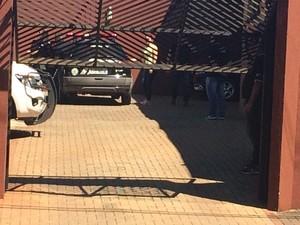 Secretária de Boldrini, Andressa Wagner, chegou ao prédio após saída de Boldrini (Foto: Jonas Campos/RBS TV)