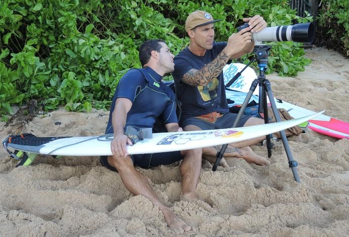 Adriano de Souza Mineirinho Leandro Dora técnico Pipeline surfe (Foto: David Abramvezt)