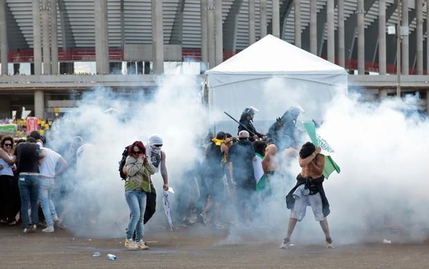 Protesto Brasilia Mané Garrincha Fumaça (Foto: Reuters)
